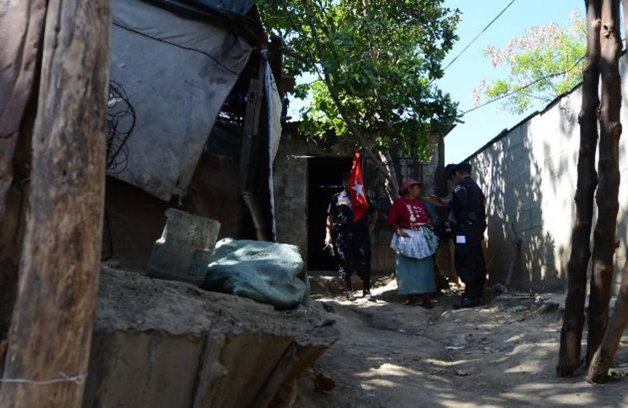 Vecinos de los imputados los acusaron de maltratar y descuidar al bebé. Foto EDH / Jaime Anaya