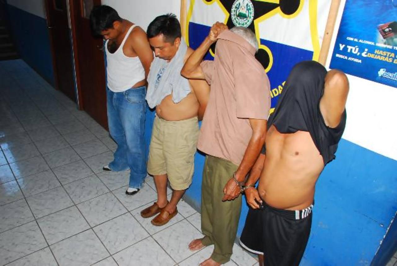El Juzgado de Paz decretó ayer al galeno José Soriano Santos (derecha) medidas alternas a la prisión. foto edh/archivo