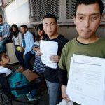 Inmigrantes hace fila para aplicar al programa DACA, para personas llegadas en la infancia a EE.UU. foto edh