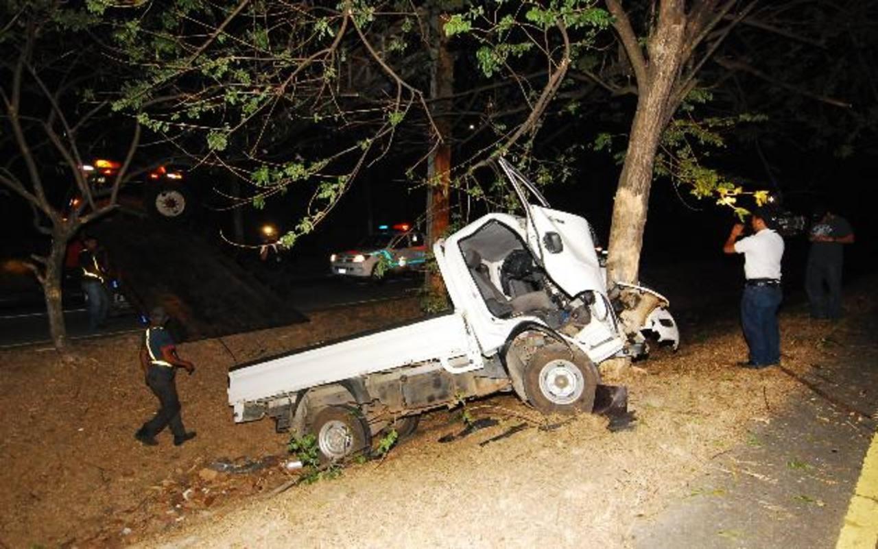 Tras atropellar a peatón, este pick up chocó contra un árbol.