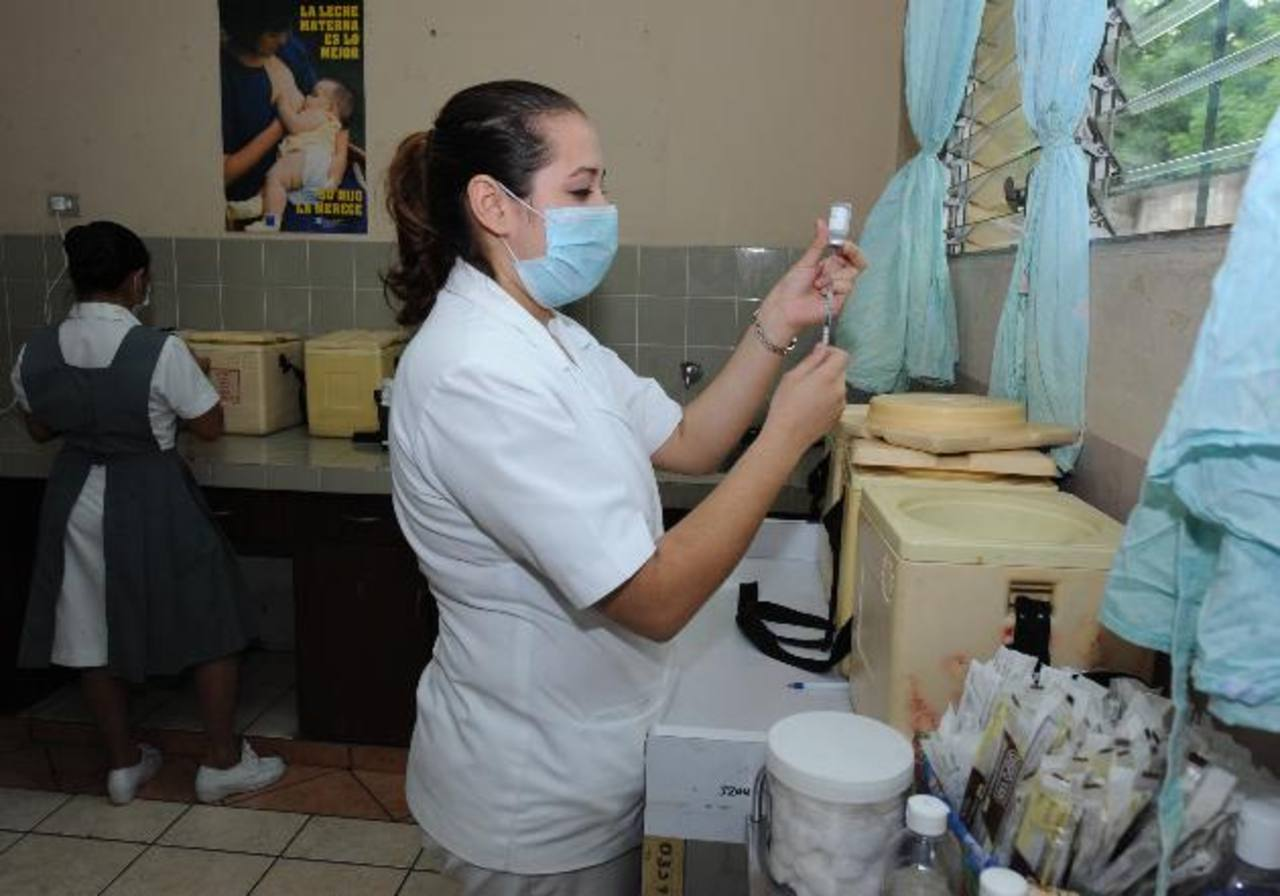 La vacunación contra la tos ferina inicia a los dos meses y finaliza a los cuatro años. Foto EDH / Archivo