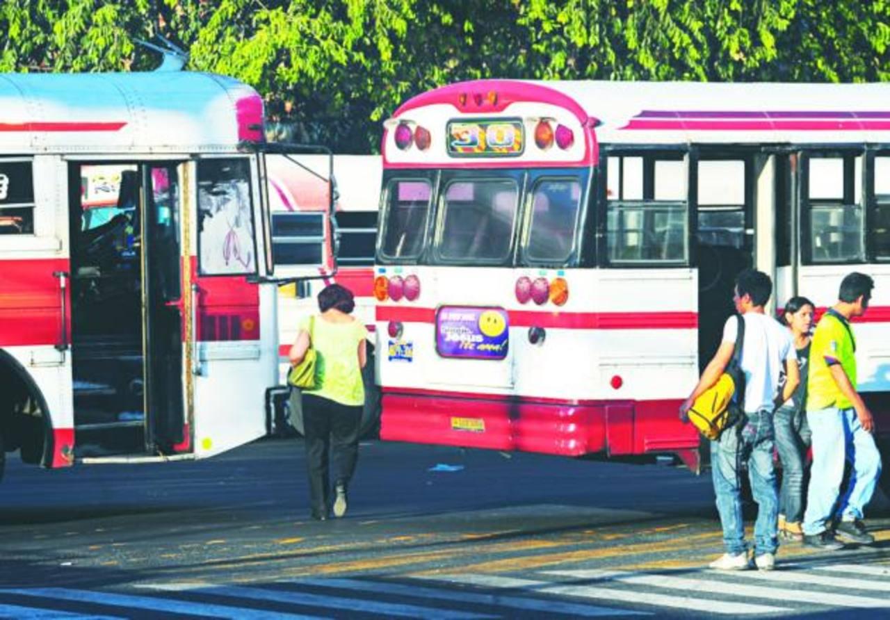 Con el servicio preferencial, el Viceministerio de Transporte exigiría unidades en buen estado y ningún pasajero deberá viajar parado. Foto EDH /Douglas urquilla