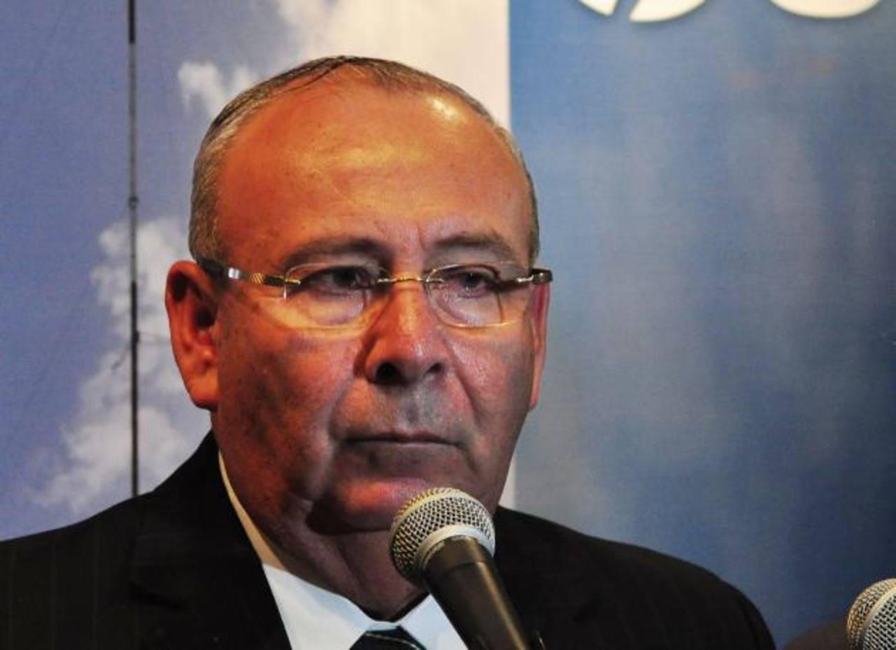 José Leopoldo Samour presentó ayer a la Fiscalía los documentos sobre el litigio entre ENEL-Cel-INE-. Foto EDH/archivo