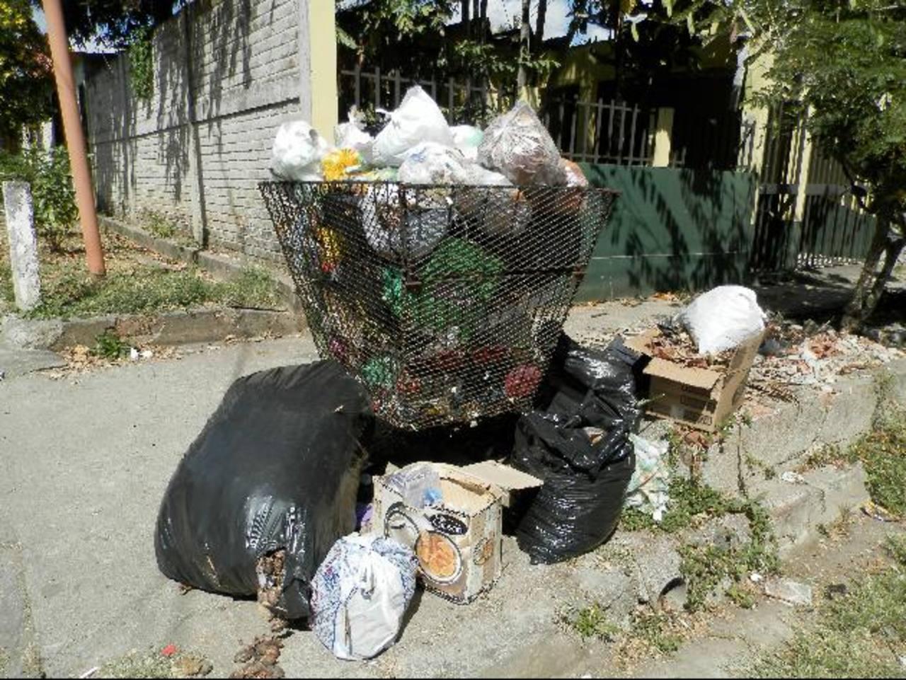 una gran cantidad de basura permanece afueras de las casas hasta altas horas de la mañana. Foto EDH / Milton Jaco