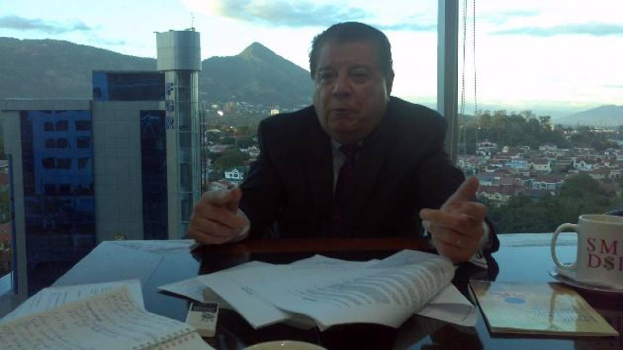 El abogado Roberto Romero Pineda conversó con El Diario de Hoy sobre la resolución emitida por los árbitros internacionales que dieron la razón al consorcio italiano para que le capitalicen sus acciones. foto EDH / daniel choto