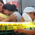Familiares de Kevin Antonio Lemus se consuelan tras ver el cadáver del joven que fue asesinado en un pasaje de la colonia Libertad Obrera, en Ilopango, un municipio declarado hace dos semanas libre de violencia. Foto EDH / Douglas Urquilla.