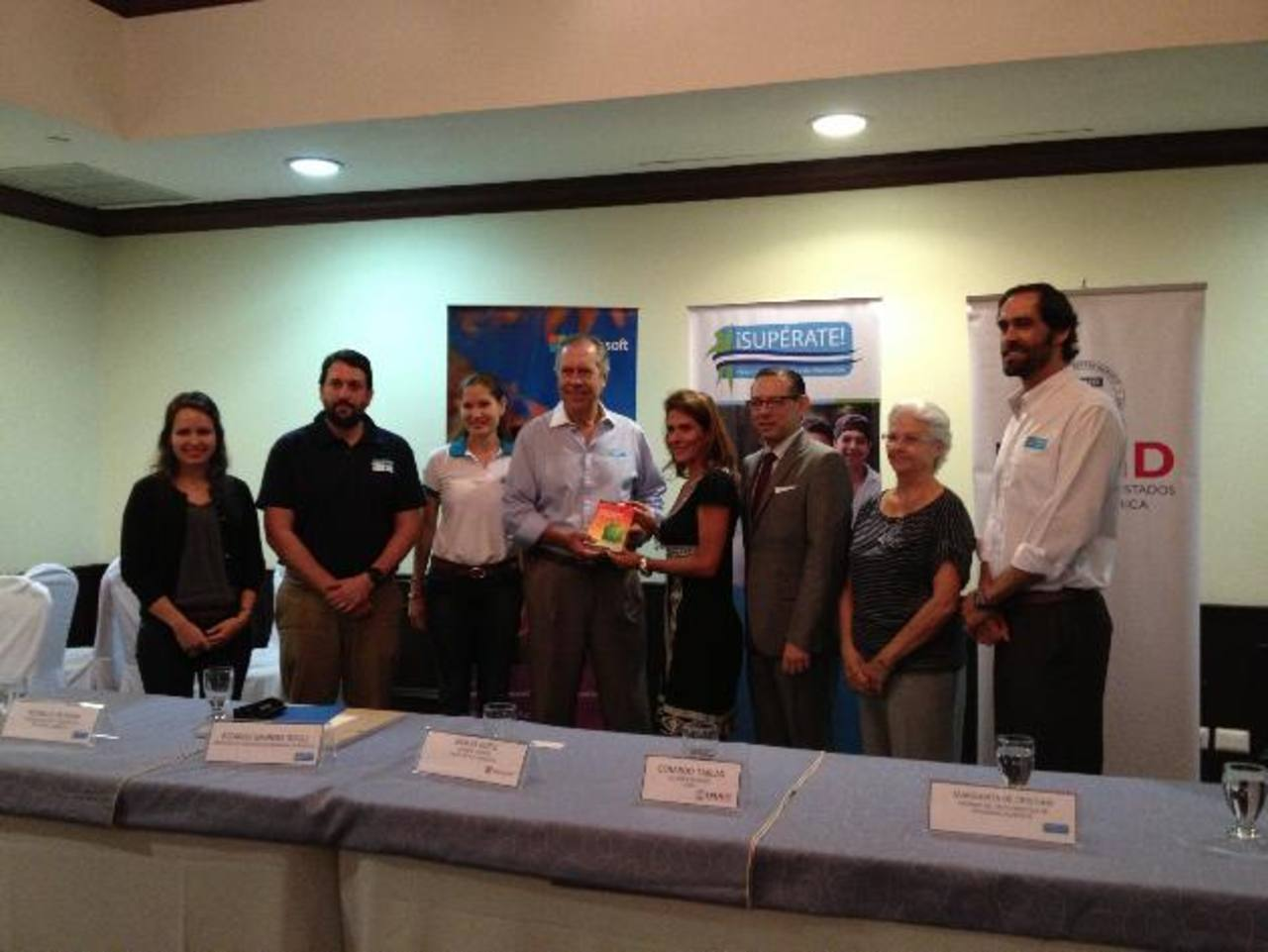 Ricardo Sagrera, fundador y presidente del Programa ¡Supérate!, recibió el donativo de manos de Gracia Rossi, gerente general de Microsoft El Salvador. foto edh / cortesía
