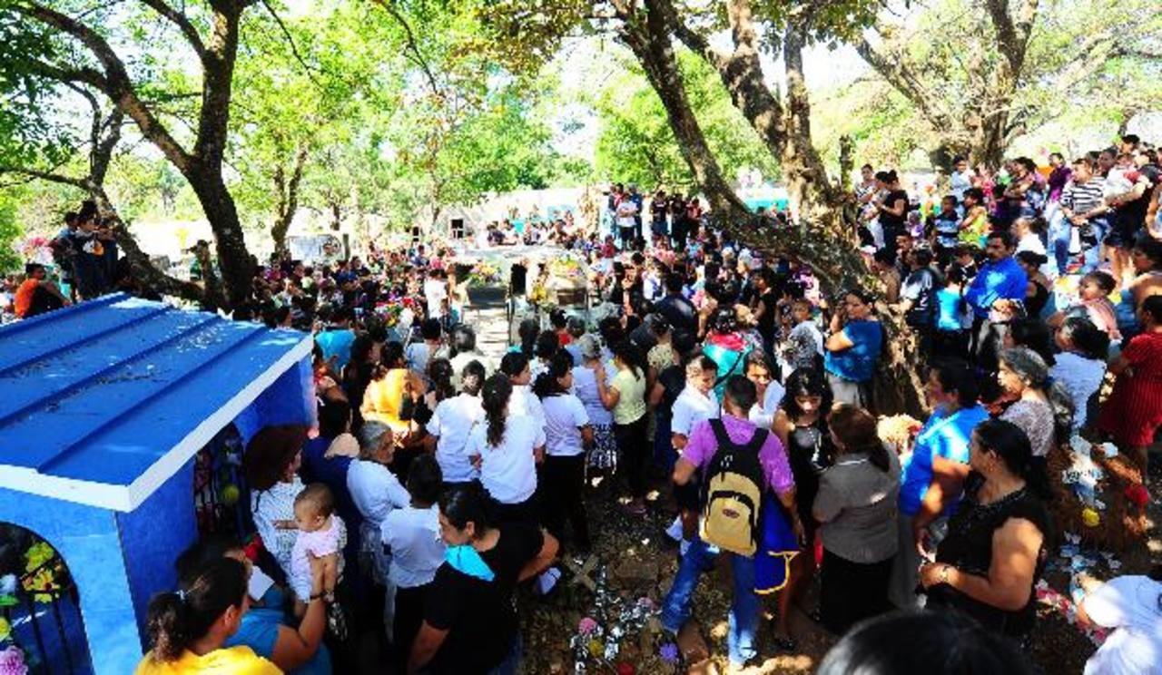 Ayer en la mañana fueron sepultados los cuerpos de las tres personas asesinadas el sábado. Foto EDH / Douglas Urquilla.