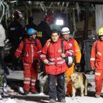 Los equipos de socorro buscaban sobrevivientes entre los escombros. FOTO EDH