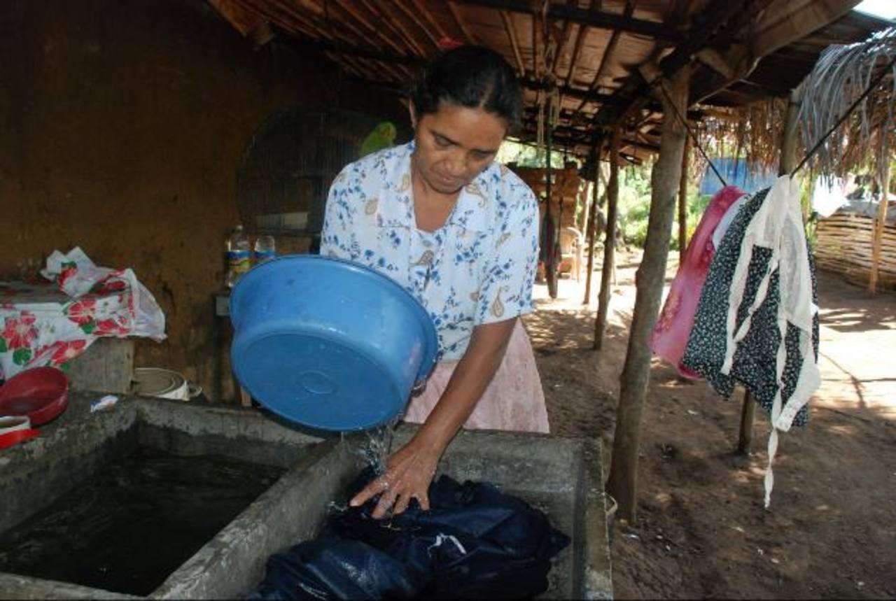Marta Samayoa, del cantón El Platanar, debe limitarse con la poca agua que recibe en su casa, cada dos días. Piden intervención de Fiscalía para recuperar el proyecto. FOTOs EDH / CRISTIAN DÍAZ