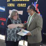 La diplomática extranjera recibió un pergamino de parte de las autoridades de la escuela. Foto EDH / Roberto Díaz Zambrano