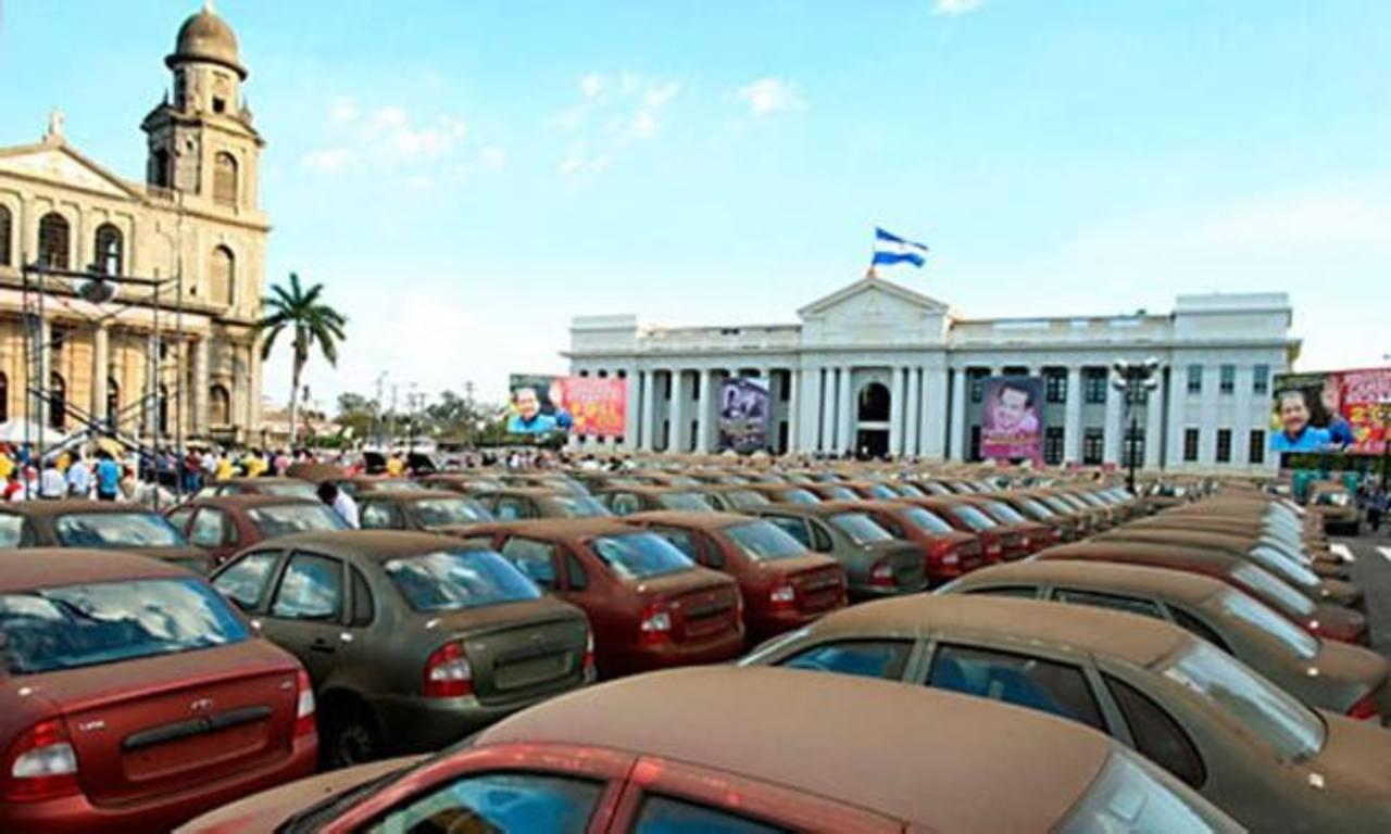 Estas son algunas de las imágenes de la entrega de vehículos rusos para taxistas en Nicaragua. foto edh /