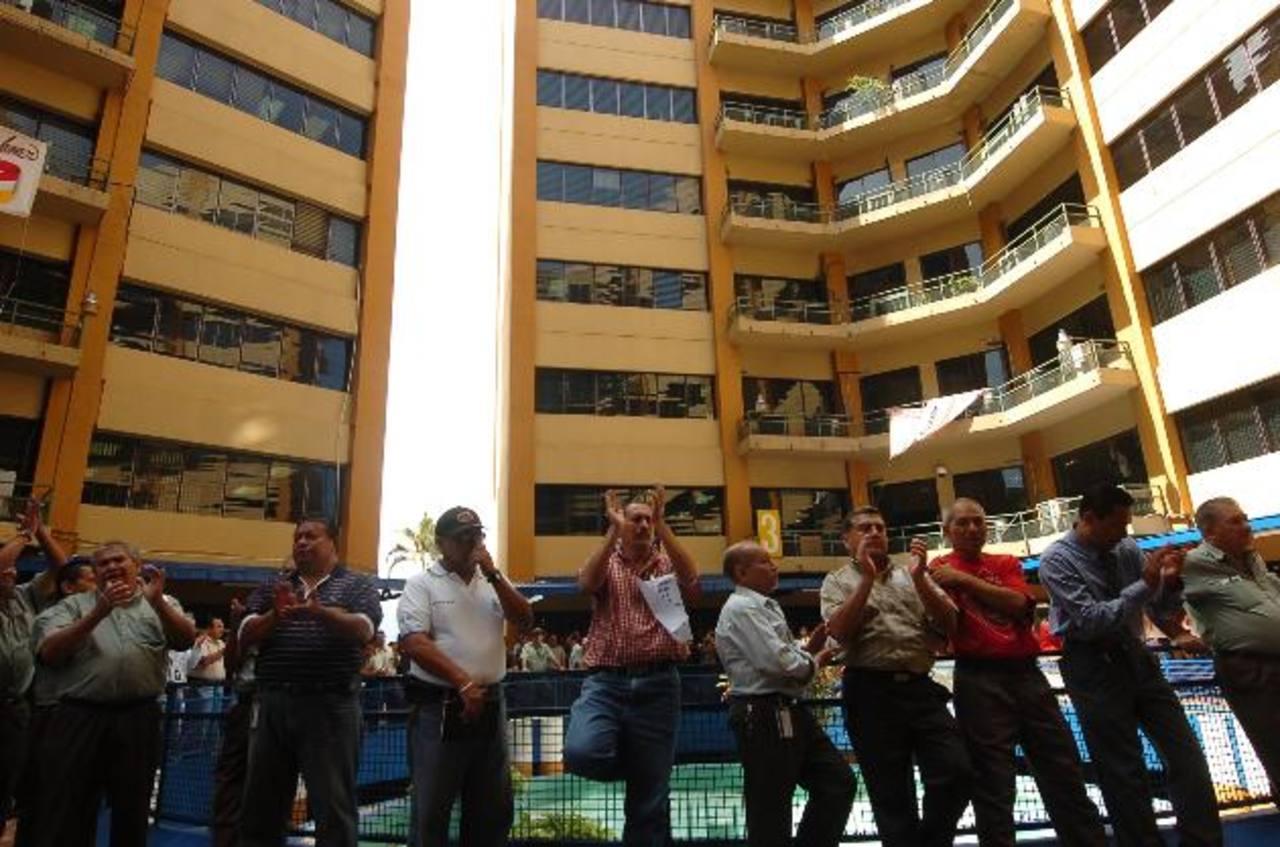 Empleados de Hacienda pararon labores exigiendo el bono, en julio de 2012. foto edh / archivo