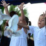 Dos niños simbolizaron el comienzo de la paz en Quezaltepeque ayer. Las maras dijeron que lucharán por cambiar la imagen del municipio. Foto EDH / marvin recinos