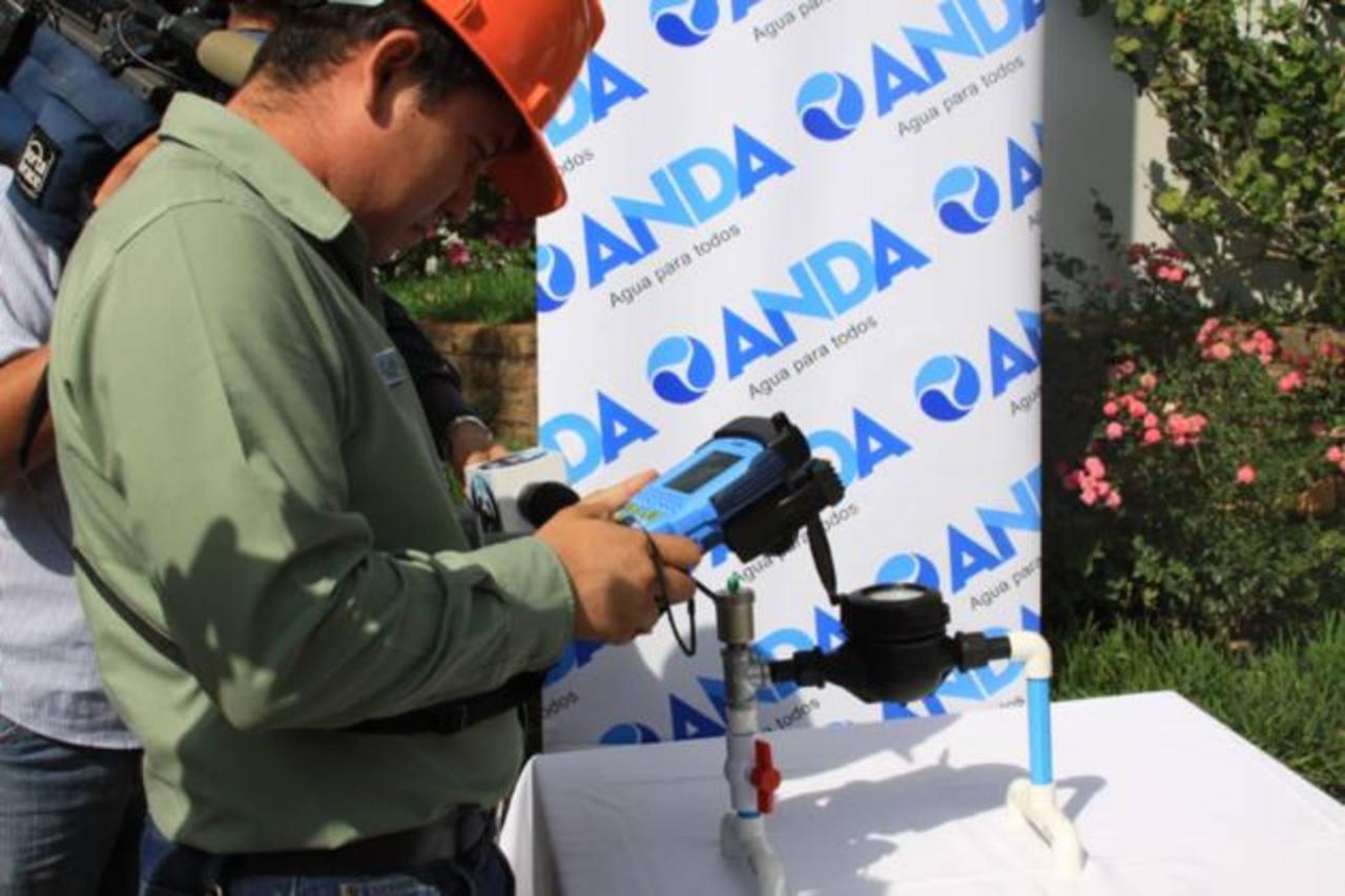 Se verificará el consumo de agua con computadoras portátiles (handheld). La inversión fue de $900 mil. Foto EDH / Cortesía