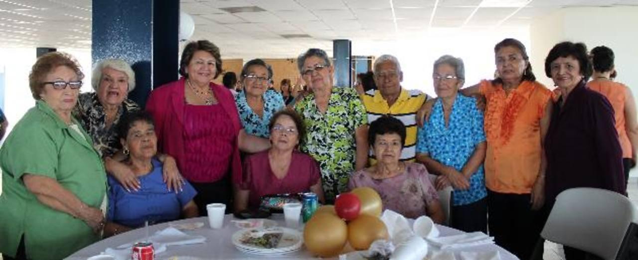 Los asistentes disfrutaron de un festejo junto a la alcaldesa de Antiguo Cuscatlán, Milagro Navas. Foto EDH / CortesíaLos estudiantes se mostraron agradecidos por el donativo que les servirá para ir a la escuela. Foto EDH / Cortesía