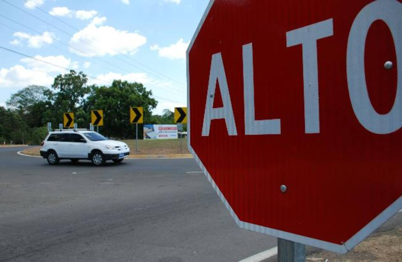 La señalización vertical fue una de las obras complementarias que hizo el actual gobierno. Foto EDH / Carlos Segovia