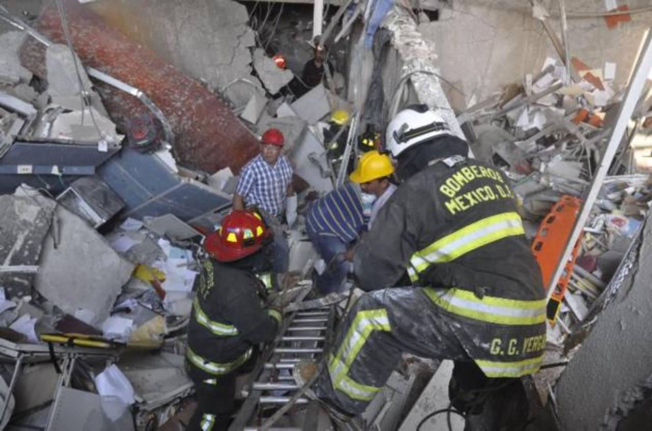 Sube a 25 la cifra de muertos tras explosión en edificio de Pemex