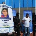 Policías custodian a César Antonio L.L., un supuesto cabecilla de pandilla, acusado de extorsión.