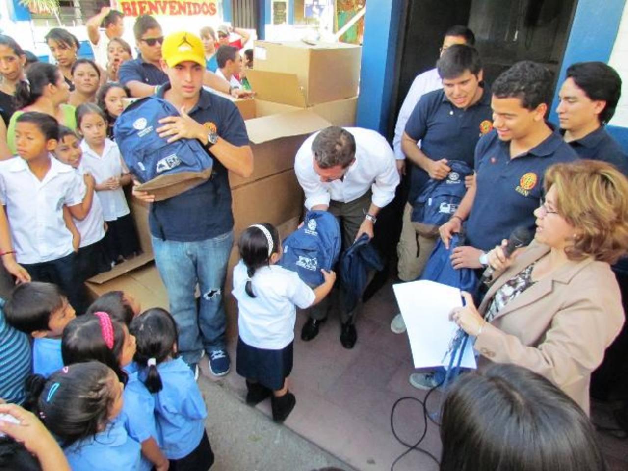 El director corporativo de Grupo Roble, Alberto Poma, entregó las mochilas a los alumnos del centro escolar. Foto EDH / Cortesía