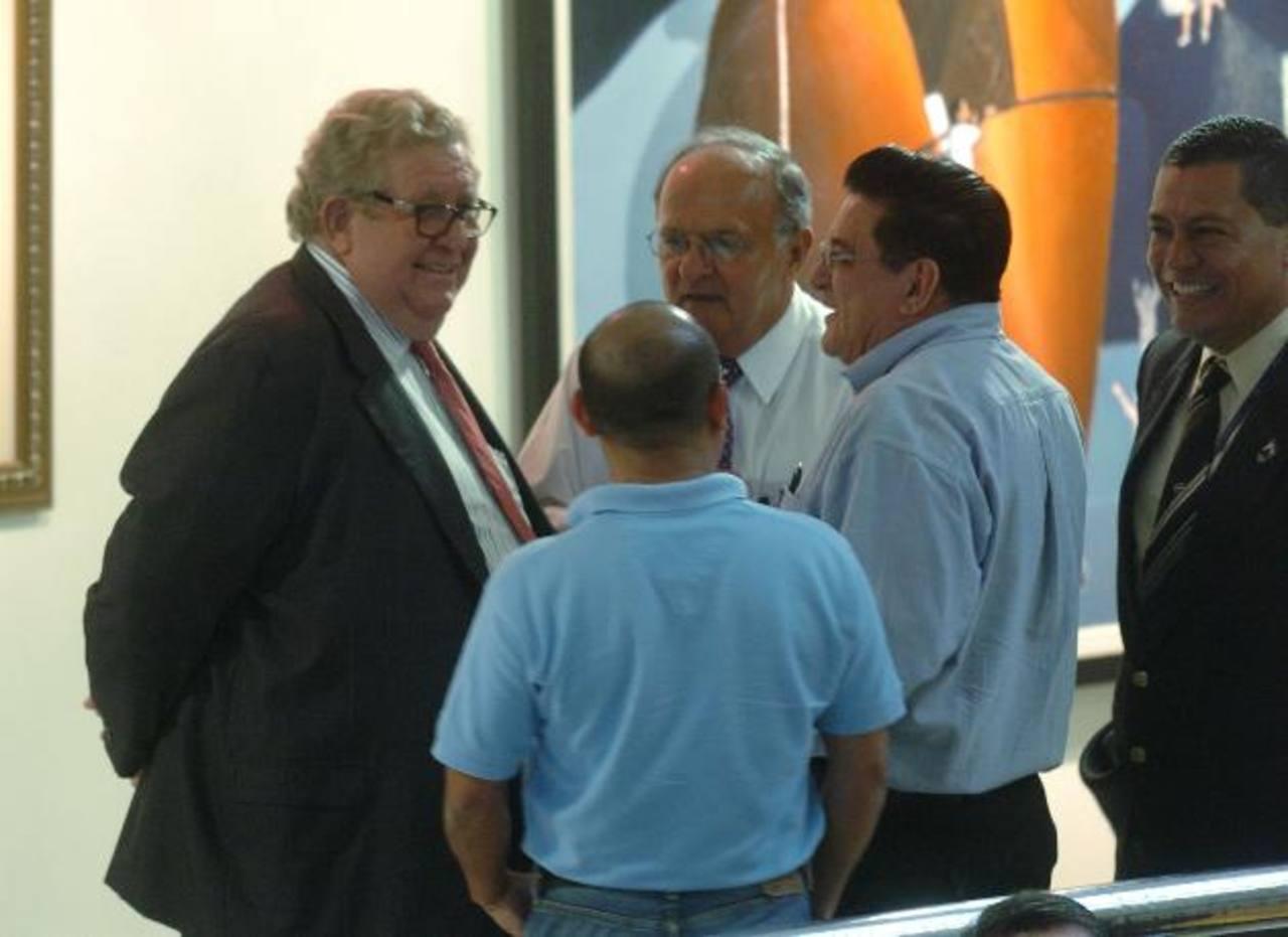 El ministro Carlos Cáceres y Franzi Hato Hasbún llegaron ayer a cabildear en la sesión plenaria. fotos edh / jorge reyes