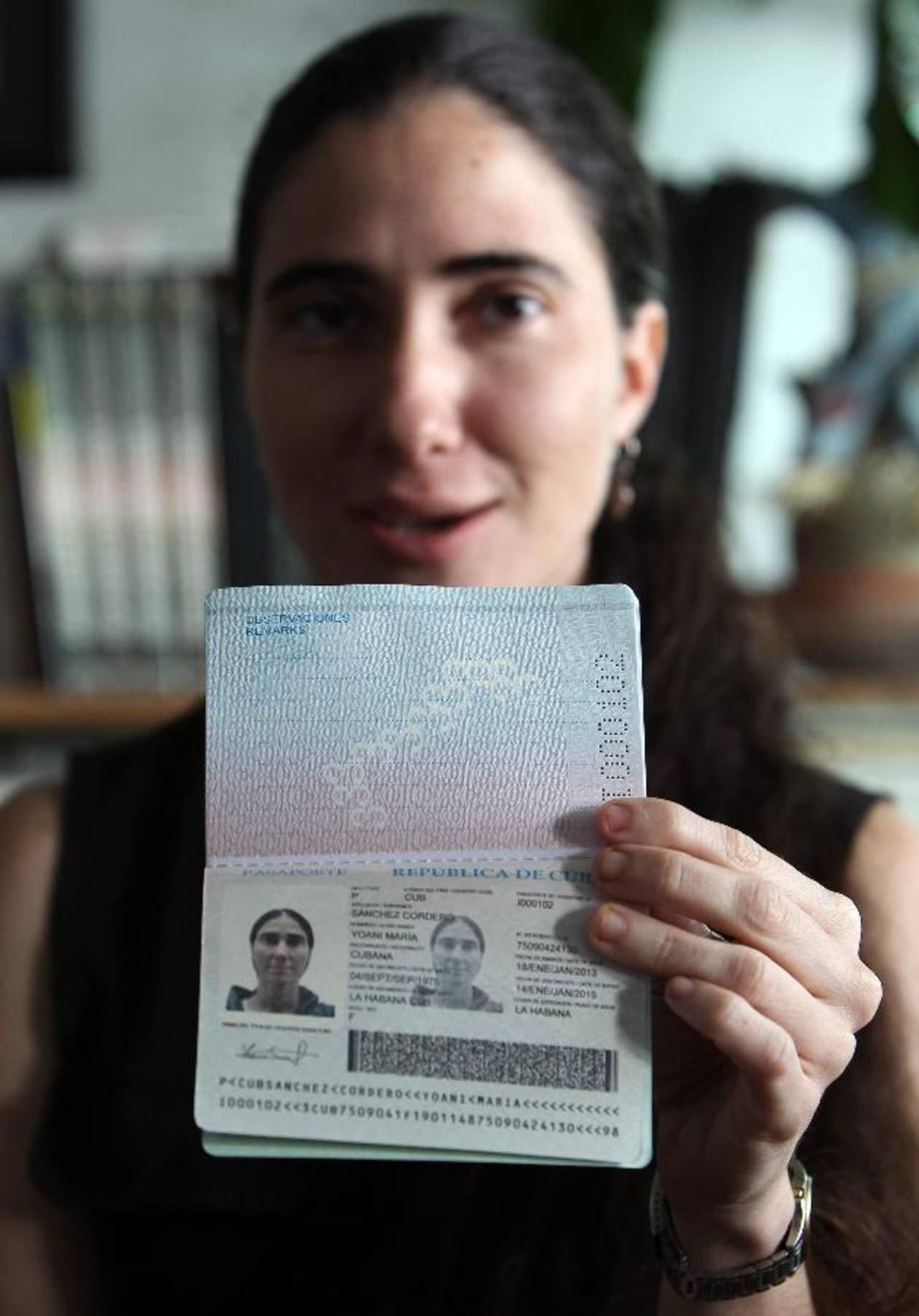 La bloguera Yoani Sánchez posa su nuevo pasaporte.