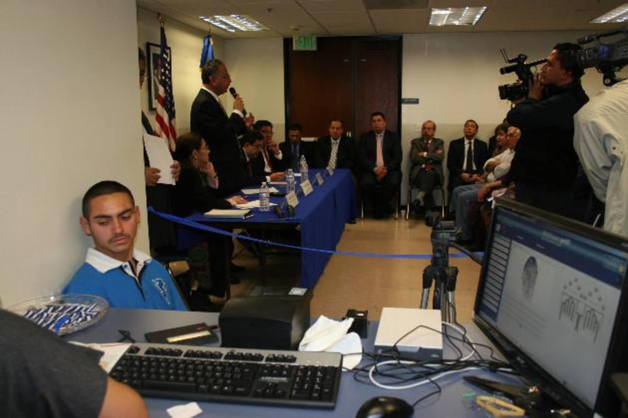 El 7 de diciembre de 2012 el RNPN inauguró una oficina en el consulado de Los Ángeles, Estados Unidos, para retomar la emisión del DUI. Foto EDH /archivo