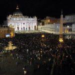 Fieles y medios de comunicación se reúnen a la espera de la elección de un nuevo Papa en la plaza de San Pedro. Foto edh / efe