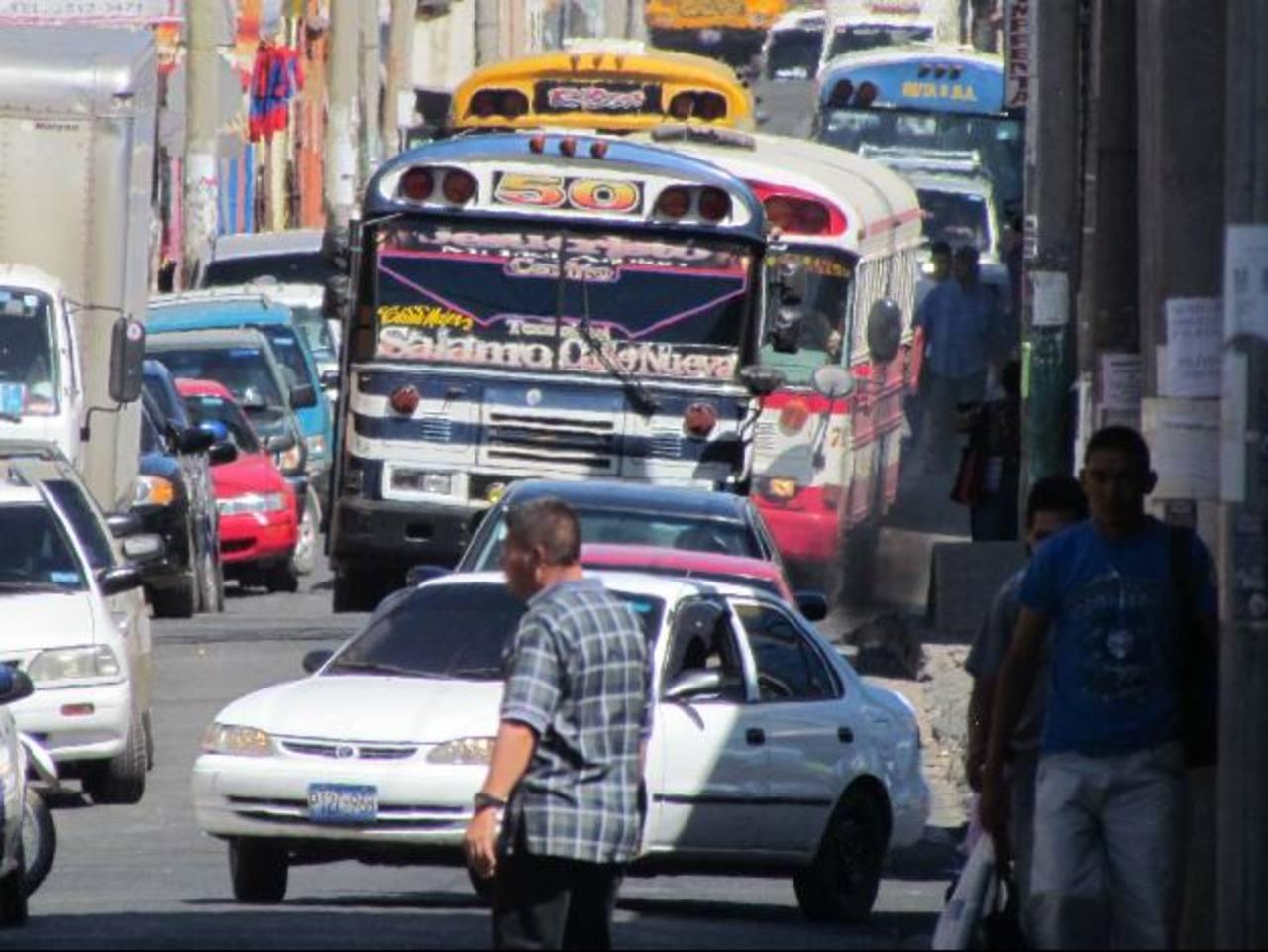 La imagen refleja el desorden que se produce en una de las principales calles de la ciudad. Foto EDH / Mauricio Guevara
