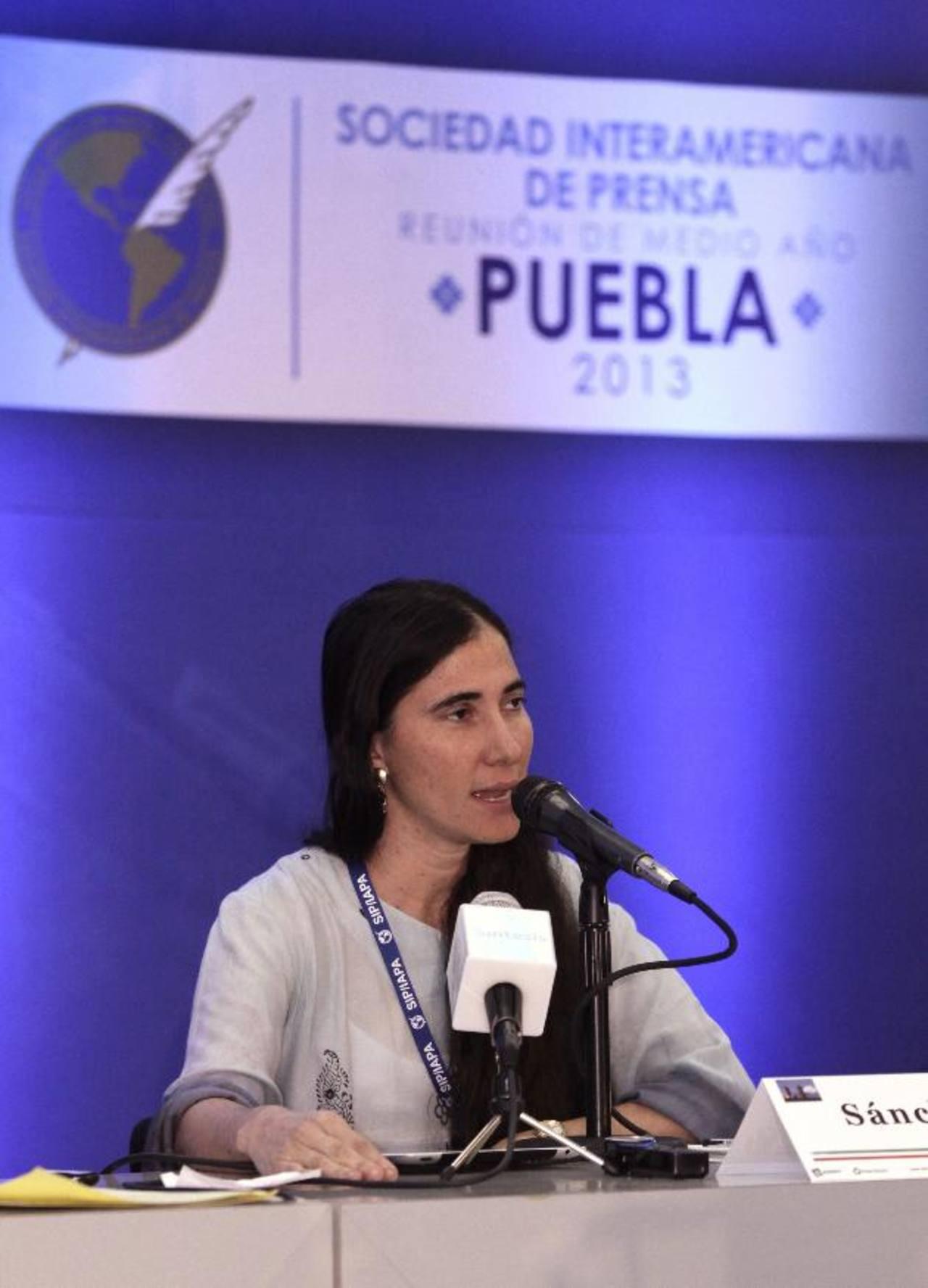 La disidente cubana Yoani Sánchez habla se dirige a los medios en Puebla. foto edh / efe