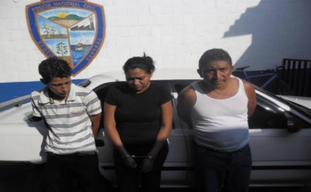 Estos tres sospechosos de cometer extorsión fueron arrestados esta madrugada en Quezaltepeque, La Libertad. FOTO EDH Agencias.