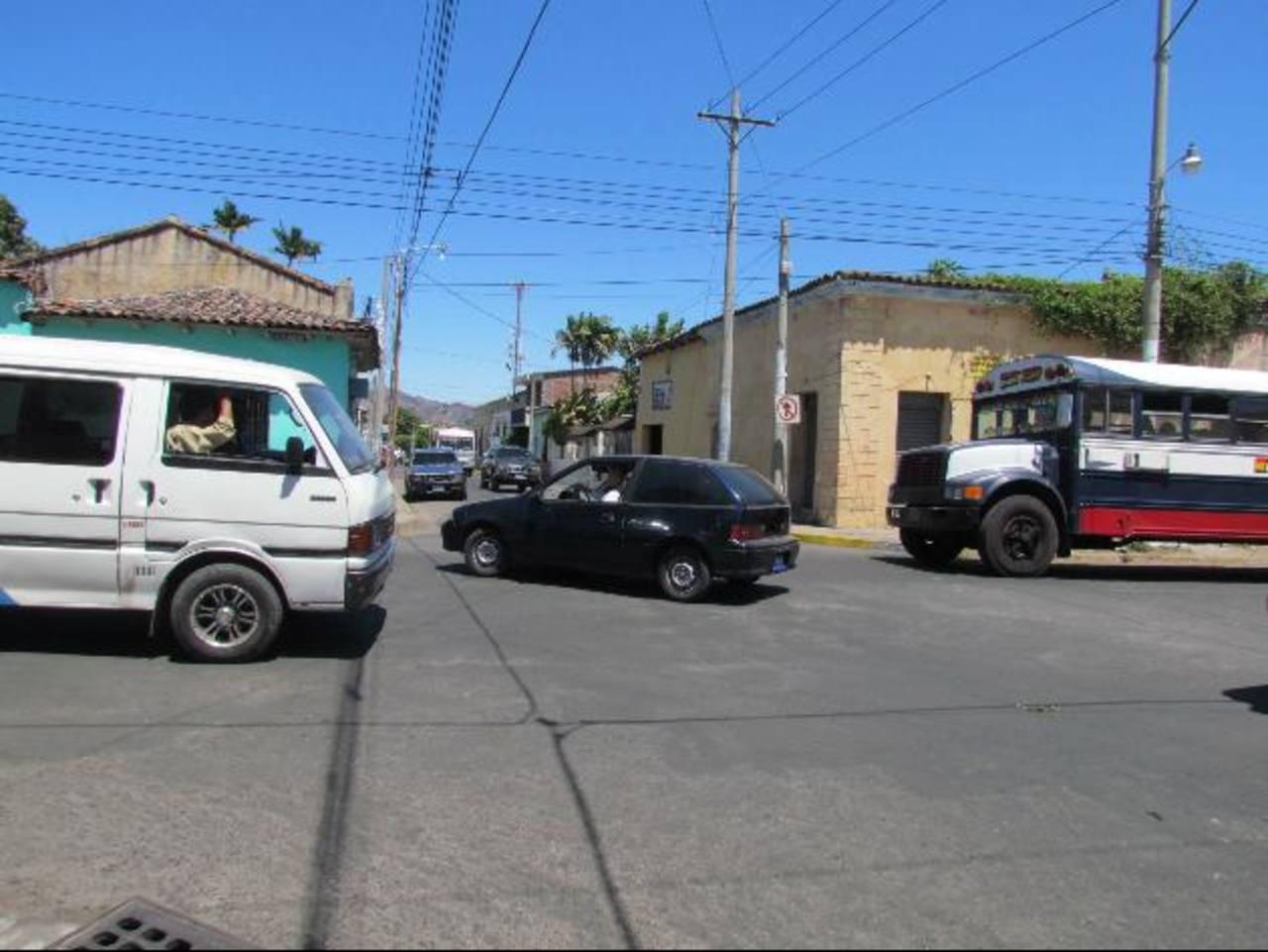 La falta de semáforos en algunos puntos obliga a conductores a no respetar a otros vehículos. Foto EDH / mauricio guevara