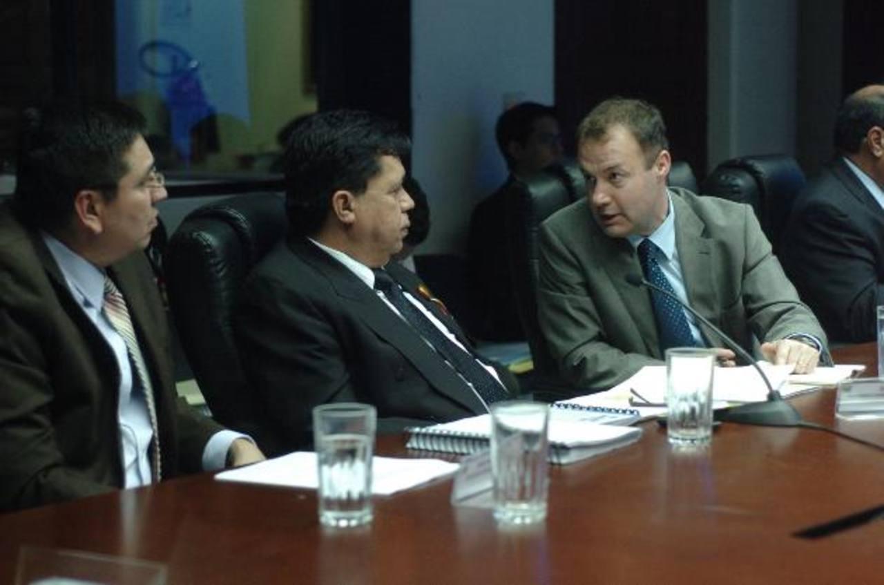 De izquierda a derecha, Douglas Avilés (CD), y Roberto Lorenzana, del FMLN, hablan con representante de Enel en una comisión.