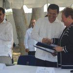 La embajadora de Estados Unidos, Mari Carmen Aponte, y el canciller de la República, Hugo Martínez, formalizan el acuerdo bilateral para el funcionamiento de la Fuerza de Tarea Antinarcótica en Comalapa. Foto EDH / Douglas Urquilla
