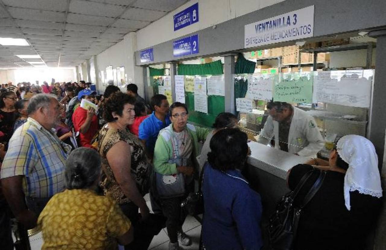Pacientes del hospital Nacional Rosales esperan recibir sus medicinas en la farmacia de sanatorio. Foto EDH / Archivo.