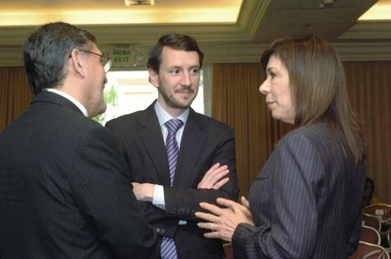 Ana Vilma de Escobar, de ARENA (derecha), conversa con representantes del BM que asistieron al taller. foto eDH / jorge reyes