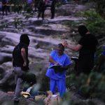 Los cadáveres de los sujetos ligados a maras quedaron en una roca en la orilla del río Comalapa. Foto EDH / Douglas Urquilla