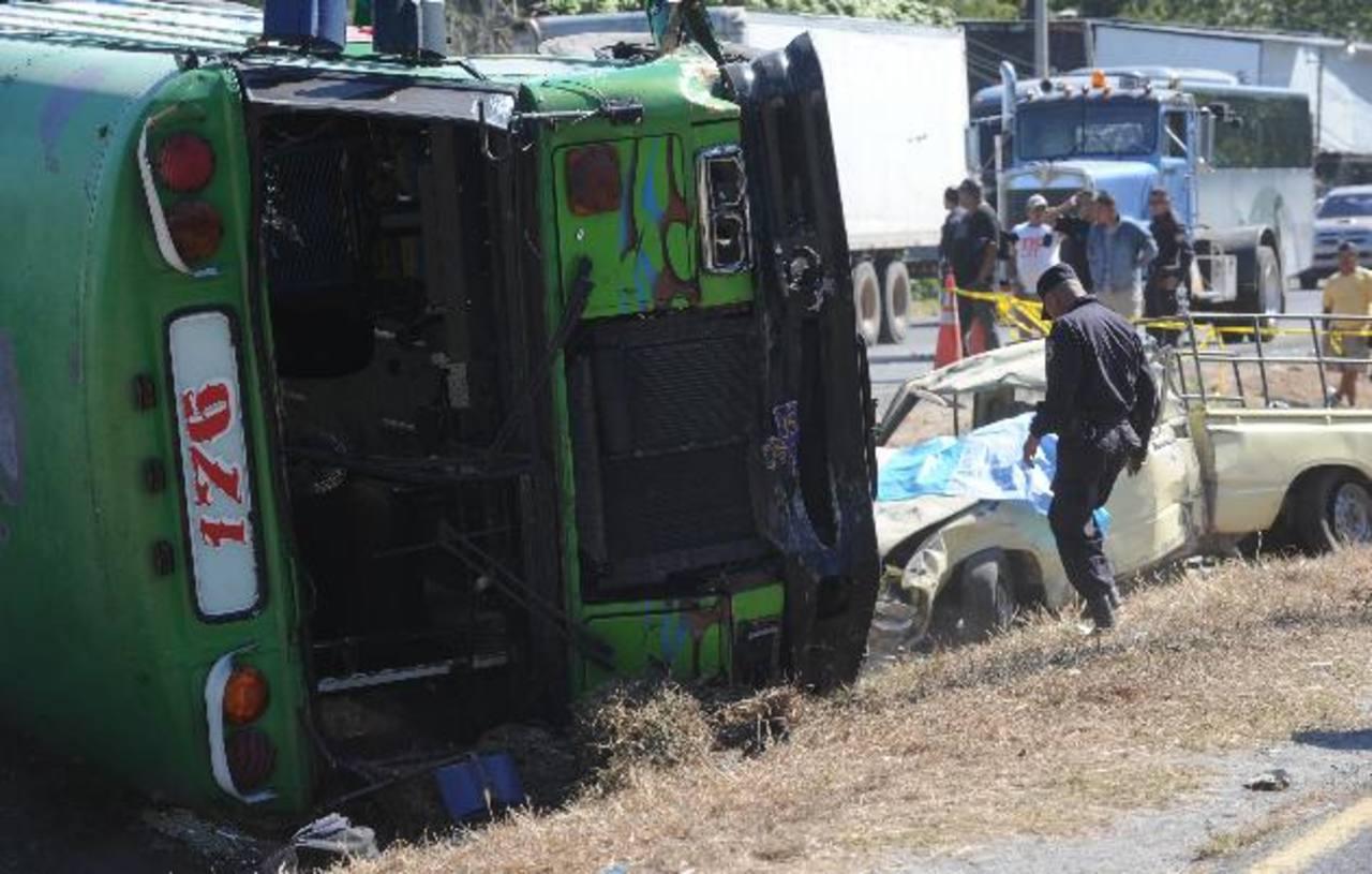 Agentes hablaron de excesiva velocidad (conductor del bus) e invasión de carril (conductor pick up). Foto EDH / Éricka Chávez