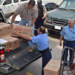 Empleados de la Fiscalía General cargan las 28 cajas que contenían la documentación sobre el contrato Cel-Enel.