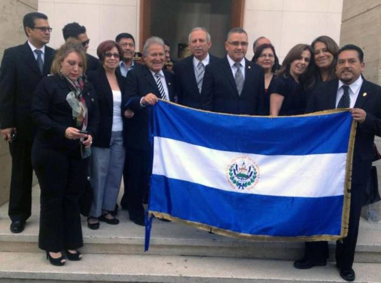 Parte de la comitiva salvadoreña en Venezuela posa con la bandera. La foto la subió al Facebook, Sigfrido Reyes. foto edh