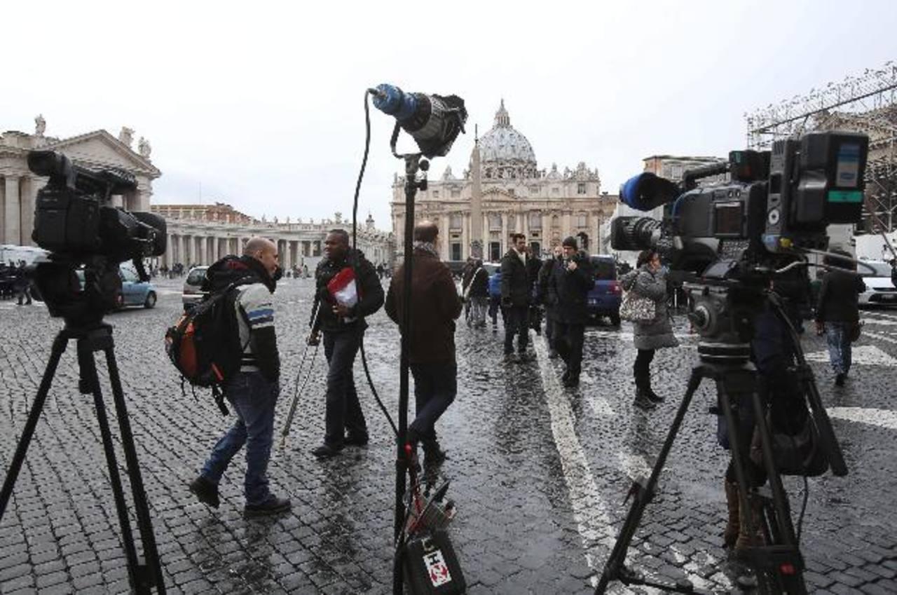 Periodistas congregados en la Plaza de San Pedro. foto edh / efe