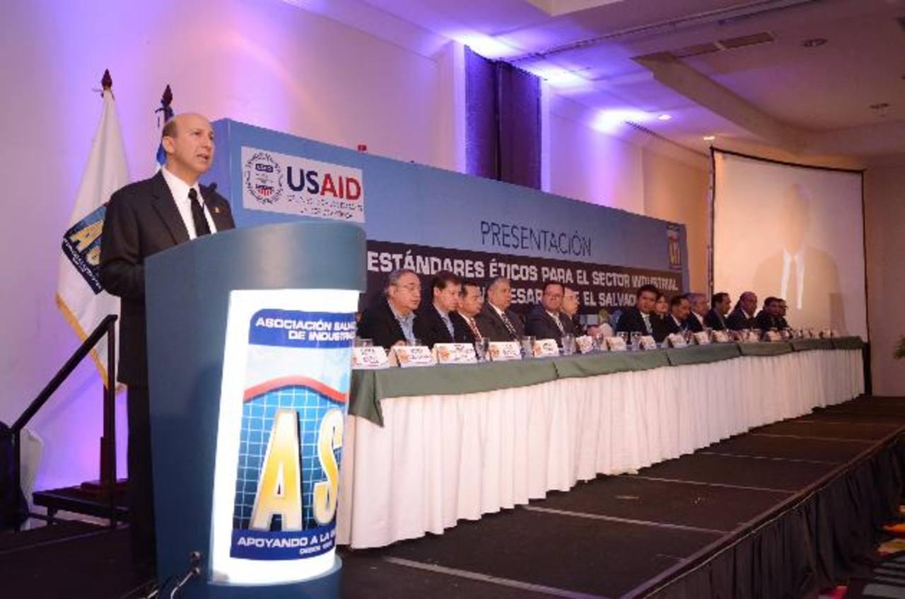 Javier Simán, presidente de la ASI, destacó la importancia de los principios y valores como los principales cimientos sobre los cuales se debe construir el futuro sostenible del país. fotos edh