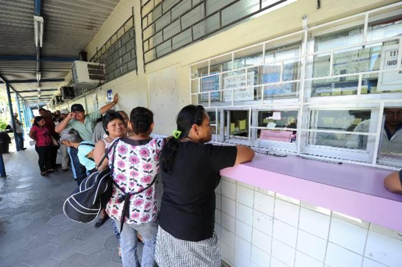 Varias personas realizan una fila para que les despachen los fármacos en el hospital nacional Psiquiátrico de Soyapango, en San Salvador. Foto EDH /