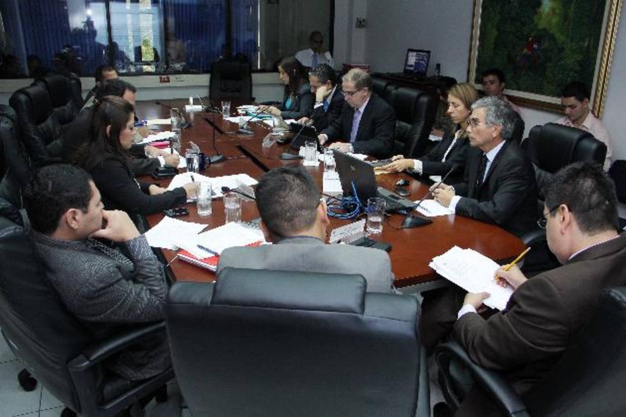 La Comisión Financiera discutió la iniciativa de Ley de Fondos de Inversión con la industria financiera. Foto EDH/ cortesía asamblea