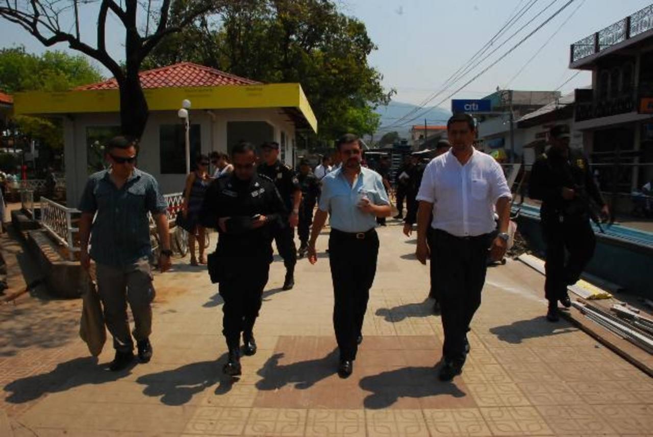 Las autoridades de Justicia y de la municipalidad de La Unión se reunieron ayer en la ciudad puerto para tratar el tema de la seguridad en el departamento unionense. foto edh /