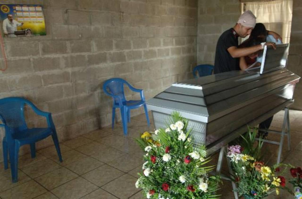 Familiares de María, quienes la acompañaban en el accidente, lloran durante el funeral.