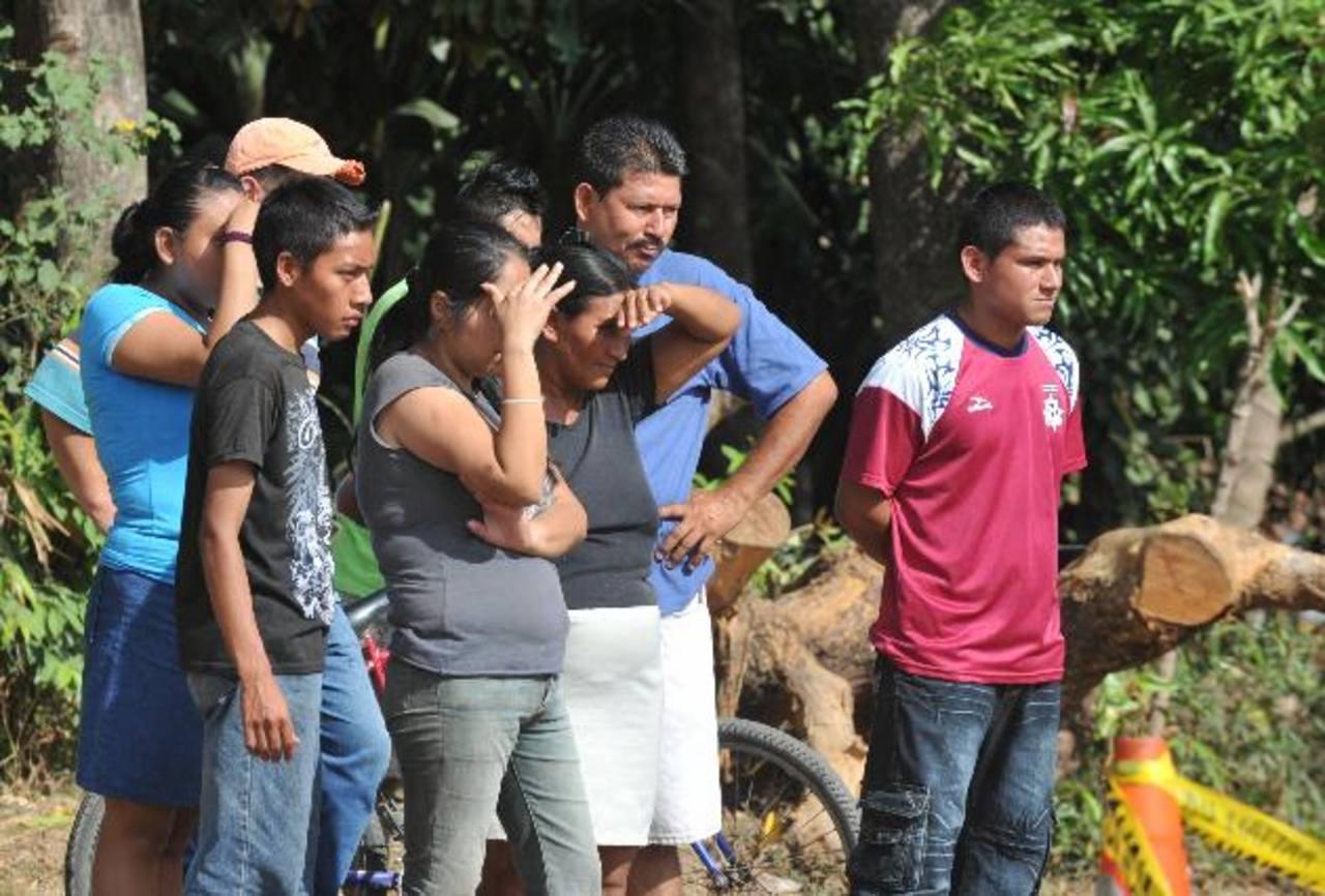 Curiosos observan el sitio donde hallaron el cadáver de un supuesto estudiante en Quezaltepeque. Foto EDH / Erika Chávez.
