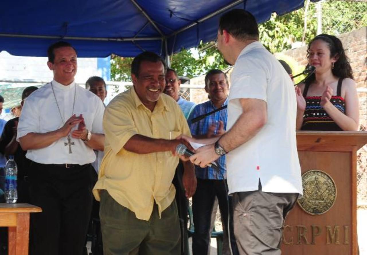 El padre Antonio Rodríguez saluda al exguerrillero Raúl Mijango ante la mirada de monseñor Fabio Colindres durante un evento. Fotos EDH / Mauricio Cáceres.