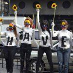 """Jóvenes interrumpieron el paso en una arteria vial de Chacao para formar la frase: """"¿Y Chávez?"""" Foto EDhAnte las especulaciones y rumores sobre un posible deceso, el gobierno venezolano difundió en febrero esta fotografía de Chávez junto a sus hijas."""