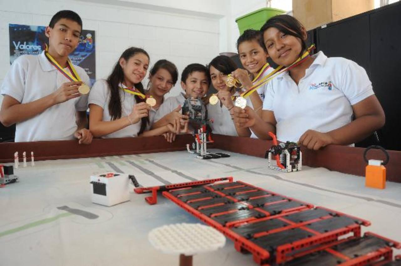 El grupo muestra la medalla obtenida en el certamen de robótica en Bogotá, Colombia, donde compitieron contra 17 equipos de ese país. Fotos EDH / lissette Monterrosa